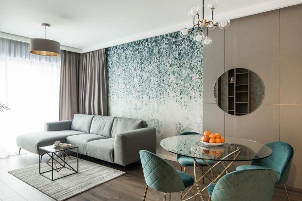 Apartament na Mokotowie urządzono w stylu eklektycznym. Inspirowane jest designem z lat 20. Łączy w sobie miękkie formy i ciepłe kolory beżu, zieleni i błękitu.