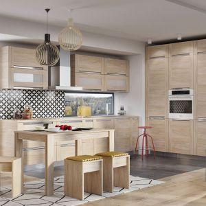 Meble do małej kuchni w kolorze drewna z kolekcji Olivia Soft.  Dostępne w ofercie firmy KAM. Fot. KAM