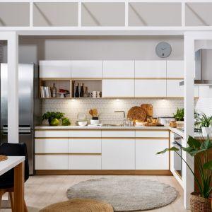 Meble do małej kuchni z kolekcji Semi Line. Są połączeniem bieli i jasnego koloru drewna. Dostępne w ofercie Black Red White. Fot. Black Red White