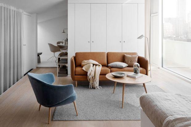 Lille to piękna w swojej prostocie sofa o lekkiej i atrakcyjnej formie. Zaokrąglone podłokietniki i gładkie poduchy siedziska czynią z niej minimalistyczny, ale wciąż wyszukany dodatek do nowoczesnych wnętrz w miejskim stylu.<br /><br /