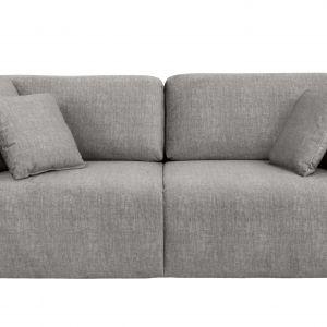Sofa ma prostą bryłę oraz tkaninę w neutralnym kolorze. Fot. Black Red White