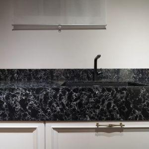 Ściana nad blatem wykończona jest konglomeratem kwarcowym, którego wzór Pearl Rocca inspirowany jest lawą o wzorze Noble Concrete Grey. Fot. Technistone