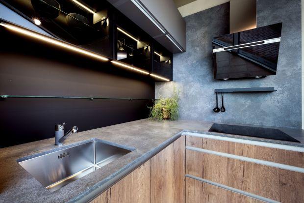 Konglomerat kwarcowy świetnie sprawdzi się na ścianie nad blatem w kuchni. Jest trwały, odporny na wodę i zadrapania, a przy tym piękne wygląda. Przestrzeni pomiędzy szafkamimożesz też wykończyć tym samym materiałem,co blat.