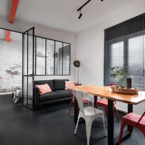 Mały salon został urządzony w jasnych kolorach oraz w loftowym stylu. Projekt: Ola Dąbrówka, GOOD VIBES Interiors. Fot. Mikołaj Dabrowski