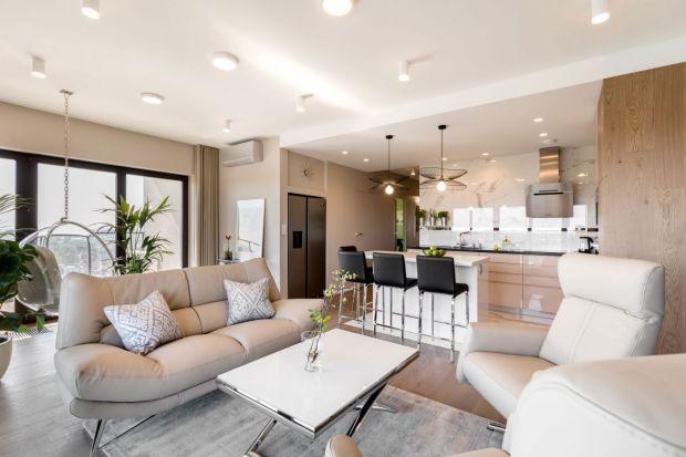 Jak urządzić jasny salon? Wybrać białe, czy szare ściany? Zdecydować się na pastele, czyprzytulne beże?Zobacz świetnie pomysły na urządzenie jasnego salonu.