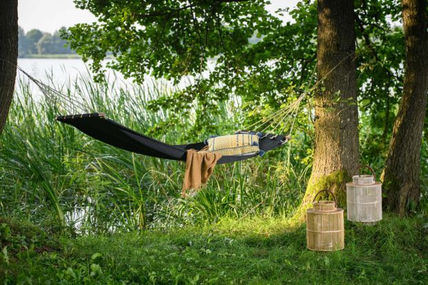 Hamak lub huśtawka to świetny pomysły zarówno do ogrodu, na taras czy na balkon. Zapewnią przyjemny, bardzo komfortowy odpoczynek. Warto wybrać jednak produkt, który jest nie tylko wygodny, ale i taki, który pięknie wygląda.