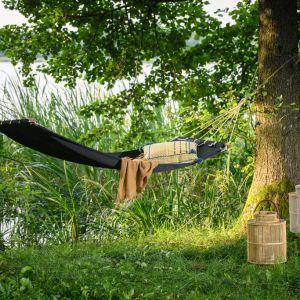 Hamak to idealny pomysł na odpoczynek na balkonie, na rasie, w ogrodzie oraz na łonie natury. Fot. Miloo Home