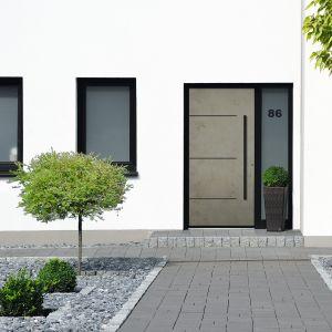 Linia stylistyczna drzwi wejściowych Stone łączy w sobie naturalny wygląd płyt kamiennych i funkcjonalność ceramicznej okładziny. Fot. Awilux