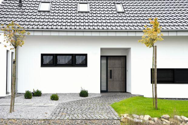 Jakie drzwi wejściowej wybrać? Postaw na drzwi z ceramicznym wypełnieniem inspirowanym kamieniem, marmurem oraz bazaltem. Doskonale wpiszą się w wystrój eleganckich domów, a nawet ekstrawaganckich projektów.<br /><br /><br />