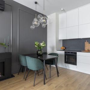 Kolor ten także sprawia, że nawet niewielkich rozmiarów pomieszczenie staje się optycznie bardziej przestronne i co ważne – naprawdę łatwo je utrzymać w czystości. Projekt Naboo Fot. Pion Poziom