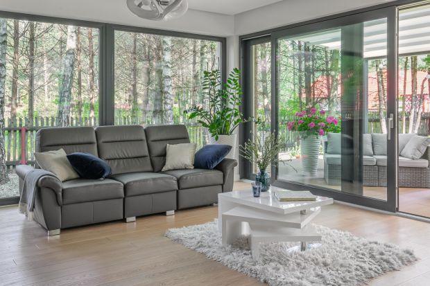 Okna i drzwi tarasowe umieszczone w narożniku domu tworzą ciekawe efekty wizualne oraz wpływają na podniesienie komfortu życia. Przybliżamy dostępne rozwiązania konstrukcyjne i ich cechy.