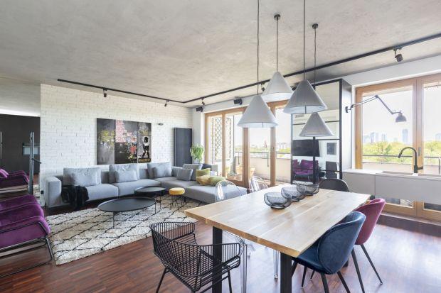 Zapraszamy do wnętrza, w którym funkcjonalność, industrialne klimaty i ciekawe rozwiązania aranżacyjne wzajemnie się przenikają, tworząc nowoczesny, wygodny i inspirujący apartament dla rodziny. Za projekt odpowiadają projektantki wnętrz Justy