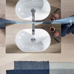 Okrągłą umywalkę nablatową uzupełniają baterie D-Neo. Fot. Duravit