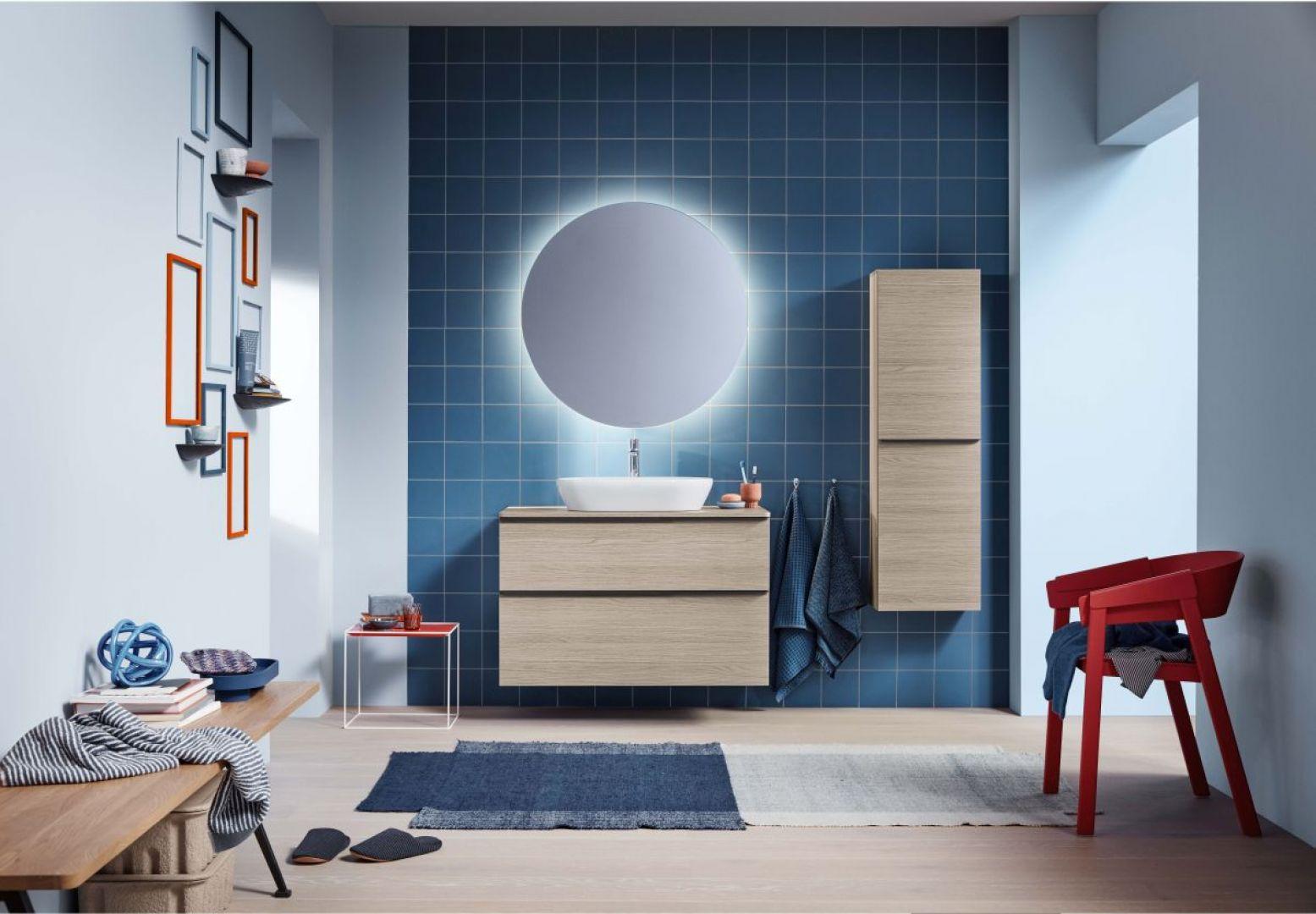 Nowe wykończenia mebli  z dużą owalną umywalką nablatową nadaje strefie umywalki współczesną solidność. Fot. Duravit