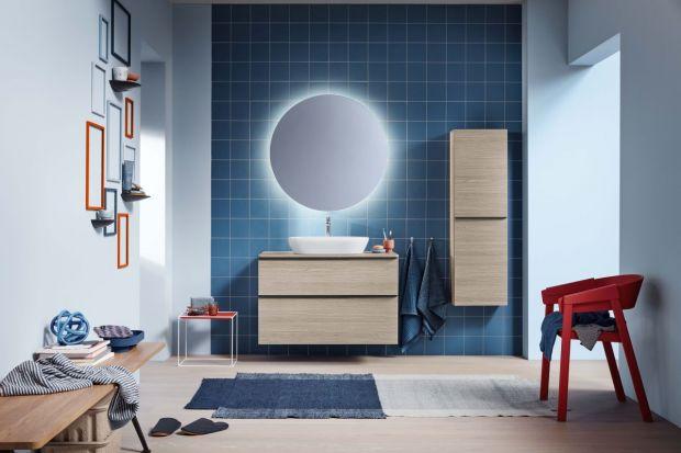 Chłodna kolorystyka tej łazienki świetnie się uzupełnia z neutralnym kolorem drewna na szafkach. Naszym zdaniem to bardzo fajna propozycja!
