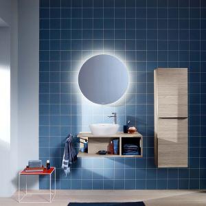 Dopełnieniem strefy mycia D-Neo jest duże, okrągłe lustro, które zapewnia pośrednie oświetlenie zapewniające przyjemne oświetlenie strefy mycia. Fot. Duravit