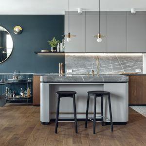 Stylowa podłoga w pięknie zaprojektowanej przestrzeni otwartego salonu i kuchni. Projekt: Raca Architekci. Fot. Fotomojito