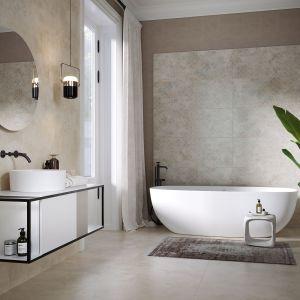 Łazienka w loftowym stylu, z wanną wolnostojącą. Na zdjęciu kolekcja Calm Colors Opoczno.