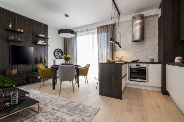 Mieszkanie w Warszawie urządzono w męskim stylu. Ciemne barwy i kontrastowe zestawienia nadają wnętrzu charakteru, który spodoba się każdej kobiecie!