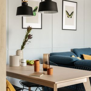 W jadalni stanął jasny drewniany stół. Projekt: Framuga Studio. Zdjęcia: Aleksandra Dermont
