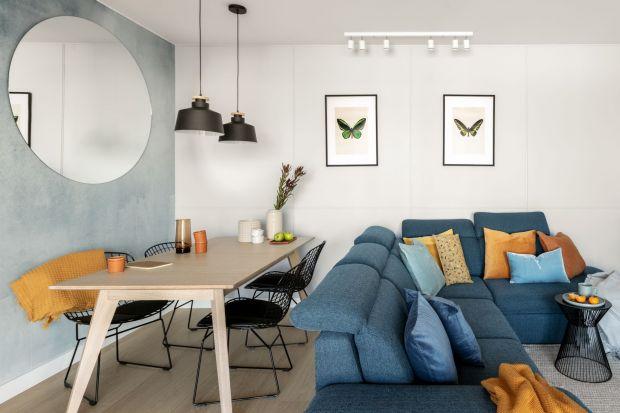 Błękity, biele i szarości z kroplą koloru musztardowego - wnętrze dla pary humanistów spod kreski pracowni Framuga Studio zdecydowanie ma to coś! Zobaczcie pomysł na przytulne mieszkanie w chłodnych kolorach.