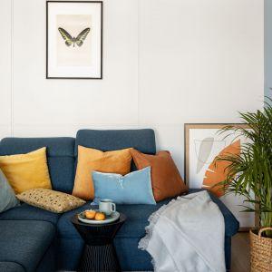 Na sofie znalazły się poduszki w musztardowym kolorze. Projekt: Framuga Studio. Zdjęcia: Aleksandra Dermont