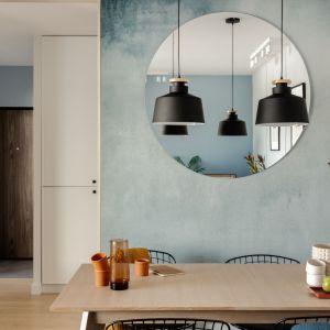 Okrągłe lustro za stołem w jadalni to piękna dekoracja. Projekt: Framuga Studio. Zdjęcia: Aleksandra Dermont
