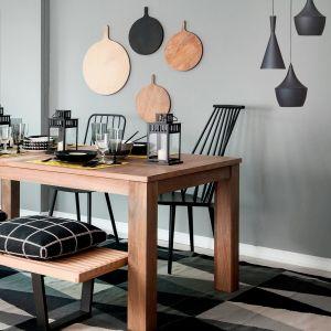 Nastrój zbudują ściany w intensywnej szarości 1937 z palety Tikkurila Deco Grey, w otoczeniu których główną rolę zagra prosty drewniany stół.