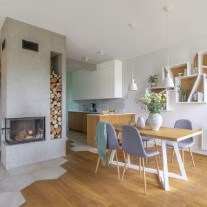 Połączenie szarości z drewnem to także sprawdzony punkt wyjścia do stworzenia urzekającego wnętrza w stylu skandynawskim. Projekt Zu Projektuje. Fot. Pion Poziom