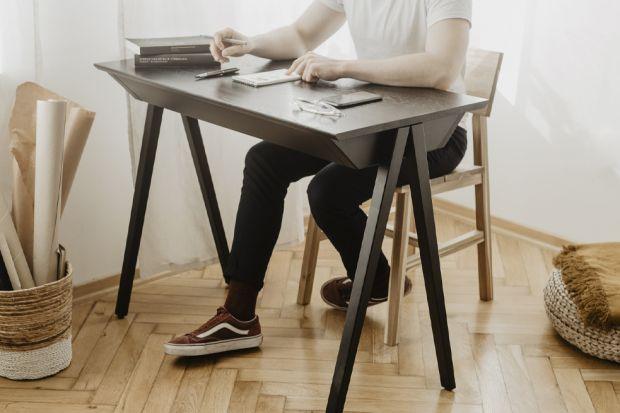 Pracujesz zdalnie lub w trybie hybrydowym? A może domowe biuro traktujesz jako przestrzeń do samorozwoju? Podpowiadamy, jak stworzyć w domu optymalną przestrzeń do pracy, która stanie się źródłem inspiracji i skupienia.