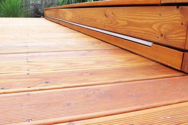 Panującą w ostatnich latach modę na tarasy z drewna egzotycznego można zapewne przypisać przekonaniu o wysokiej odporności tego typu pokrycia na warunki atmosferyczne i trwałości w zastosowaniach zewnętrznych. Jednak ci, którzy od egzotyki wolą