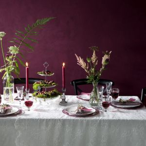 Wnętrza w kolorze wina. Fot. Westwing