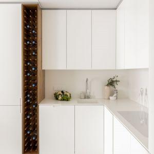 Białe mieszkanie z piękną zieloną ścianą. Tak urządzono 55 m2 w Warszawie.Projekt: Kamila Szamot, pracownia LIM. Zdjęcia: Aleksandra Dermot