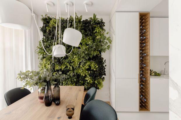 Za projekt tego pięknego 55-metrowegownętrza odpowiadała Kamila Szamot z pracowni LIM. Minimalizm, czysta biel, dużo sprytnych, ukrytych zabudów i zjawiskowa zielona ściana w jadalni - to wnętrze naprawdę ma wszystko, co trzeba. Zobaczcie je!