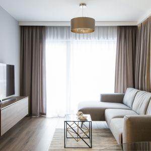 Zasłony w salonie - pomysł na dekorację okna. Projekt, realizacja i zdjęcia: KODO Projektowanie i Realizacja Wnętrz