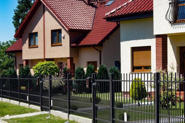 Choć ogrodzenie często wybieramy przede wszystkim pod kątem estetyki, nie zapominajmy, że jednym z jego podstawowych zadań jest ochrona podwórka i domu. To właśnie parkan stanowi pierwszą barierę oddzielającą od przestrzeni zewnętrznej i utru