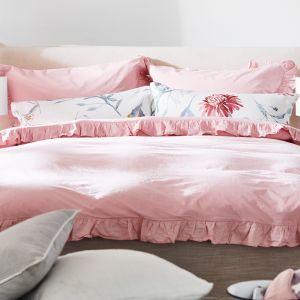 Piękna pościel w kolorze pastelowego różu i z kwiatowymi wzorami. Pastelowa sypialnia. Fot. mat. prasowe WestwingNow