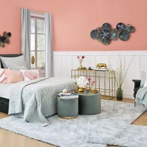 Pastelowa sypialnia. Pomieszczenie rozjaśnia biała sztukateria - lamperia angielska na ścianie. Fot. mat. prasowe WestwingNow