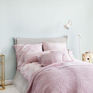 Prosta i naturalna, pastelowa sypialnia w kolorach błękitu i różu oraz beżu. Fot. mat. prasowe WestwingNow