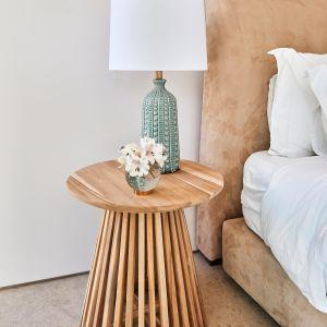 Pomysł na stolik nocny. Pastelowa sypialnia. Fot. mat. prasowe WestwingNow