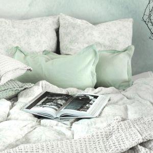 W jesiennej sypialni zadbaj o miękką, przytulną i przyjemną w dotyku pościel. Pastelowa sypialnia. Fot. mat. prasowe WestwingNow