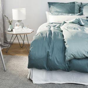 Pastelowa sypialnia w chłodnych odcieniach, od błękitu do koloru stalowego. Fot. mat. prasowe WestwingNow