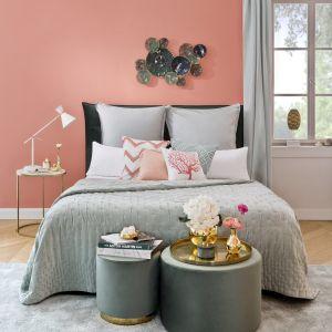 Pomysł na pastelową sypialnię - ściana w brzoskwiniowym kolorze nadaje ton całej aranżacji. Fot. mat. prasowe WestwingNow