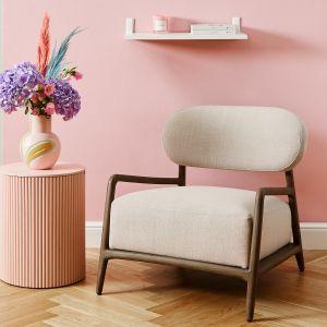 Pastelowa sypialnia - niezbędny będzie także wygodny fotel. Fot. mat. prasowe WestwingNow