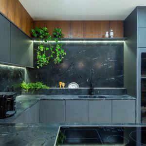 Minimalistyczny penthouse i kuchnia, w której główną rolę gra kwarcyt. Projekt: Priscilla Mendes. Fot. mat. prasowe Interstone