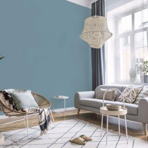 Niebieska ściana w salonie. Kolor Blue Clouds z palety farb ceramicznych Dekoral - nowość 2021. Fot. Dekoral