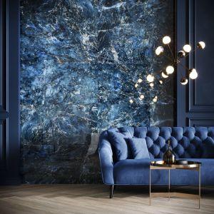Granatowa, wzorzysta ściana w salonie - płytki ceramiczne z kolekcji Color Crush z serii wielkoformatowych gresów Grand Concept Opoczno. Fot. Opoczno