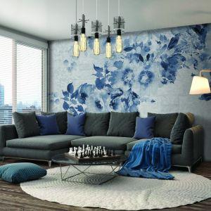Niebieska ściana w salonie - dekoracyjna tapeta Infinito marki Instabilelab. Fot. Instabilelab