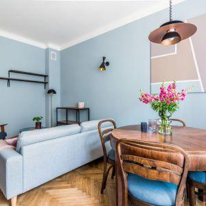 Niebieska ściana w salonie. Projekt i stylizacja wnętrza Ola Dąbrówka, pracownia Good Vibes Interiors. Zdjęcia Marcin Mularczyk