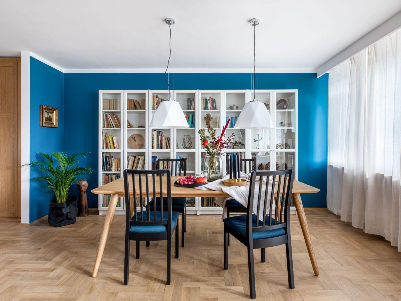 Niebieska ściana w jadalni otwartej na salon. Projekt: Maria Nielubszyc, pracownia Pura Design. Fot. Jakub Nanowski